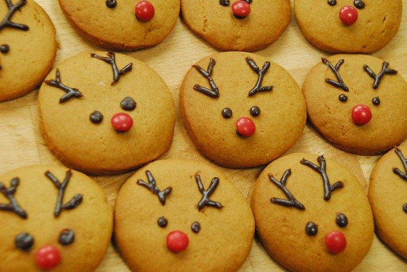 Biscotti-natalizi-decorati-con-cioccolato-586x392